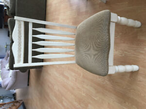 Extendible Ashley home table and chairs