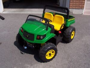 CHILDREN'S JOHN DEERE BATTERY OPERATED RIDING TRACTOR *NICE*