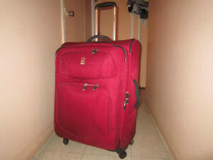 Suitcase Travelpro on 4 wheels. Valise Travelpro 4 roulettes.
