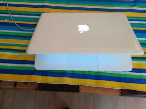 2010 white unibody macbook /4gb ram/2.4ghz/el capitan