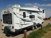 28' Forest River Salem Hemisphere 246RLBS 5th wheel w/slide out