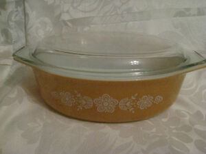 Vintage Pyrex Butterfly Gold Oval 2.5 Quart Casserole & Cover
