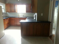 Queen's/Beautifuly Renovated/4 Bed/Parking/Laundry/Flexible Leas