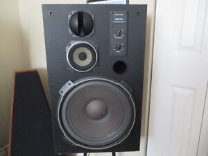 VINTAGE REALISTIC MACH TWO SPEAKERS