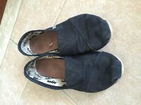Toms navy blue youth size 5