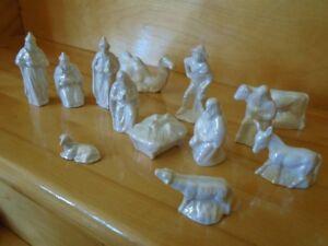 13 personnages de la creche de Noel en ceramique blanc  signé