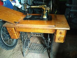 SINGER SEWING MACHINE AND CABINET IN WORKABLE CONDITON