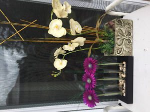 LIKE NEW STUNNING VASES AND FLOWERS DECOR