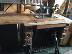 1900's Vintage Antique SINGER Sewing Machine in Cabinet $1000