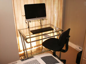 HP 18 all in one, with desk and chair