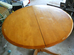 PETITE TABLE ROND // SMALL ROUND DINING TABLE