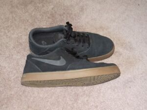 Mens Size 8 Nike Black Suede Runners *Almost Brand New*  $30