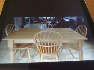 Table  de cuisine et quatre chaises en bouleau.