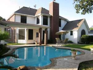 Family looking for a house with pool in Evergreen/Kingswood