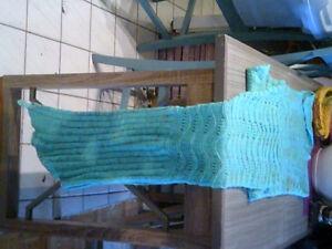 Couverture queue de sirène turquoise en tricot neuve