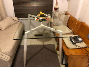 Kitchen table - Glass ... Great condition
