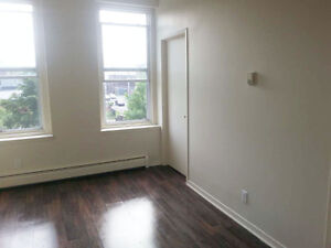 CLEAN COZY ONE BEDROOM IN CENTRAL UPTOWN