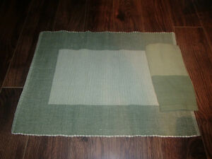 8 PLACEMATS AND COTTON NAPKINS