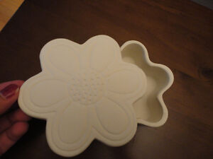 Decorative white floral trinket jewelry box Brand new London Ontario image 6