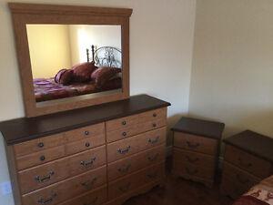 Ameublement,mobilier, chambre commode table de chevet et miroir.