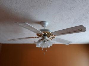 Ventilateur 5 palmes et 4 lumières