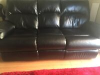 BLACK RECLINABLE LEATHER COUCH -- SOFA NOIRE INCLINABLE EN CUIRE