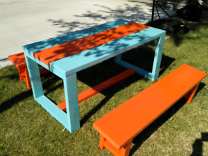 small table and benches outdoor or indoor excellent condition