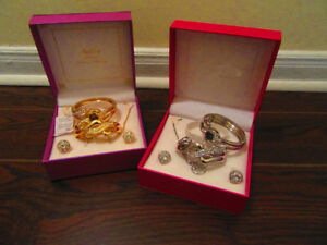 Artificial jewellery sets in gold or silver