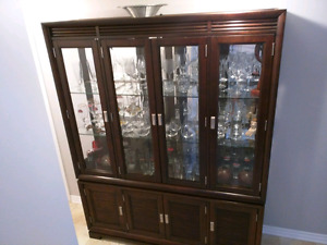Must go. Beautiful buffet / hutch