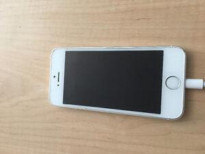 White Apple iPhone 5s 32 GB Kitchener / Waterloo Kitchener Area image 1