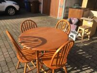 Round dining table with 2 + 2 chairs