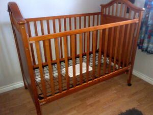 Graco 3-in-1 Crib (Crib, Daybed, full single) and Dresser Set Cambridge Kitchener Area image 1