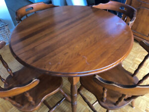 Kitchen or dining table with four chairs - very nice