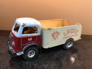 VINTAGE TRUJILLO 15 INCH LONG TIN TOY TRUCK LECHE DAISY THE COW