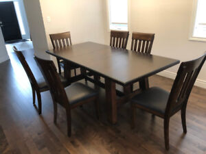 Dinner table with 6 Chairs in perfect condition