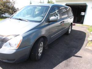 REDUCED/ MUST GO.  2006 Kia Sedona LX Minivan, Van