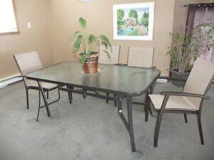 table de patio et 4 chaises