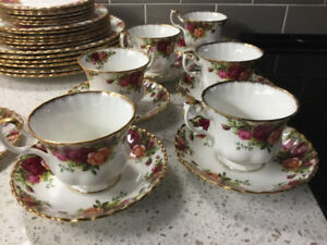 BEAUTIFUL OLD COUNTRY RED ROSES SIX CUPS AND SIX SAUCERS