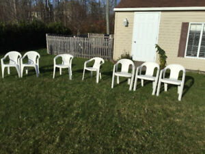 Chaises patio blanches