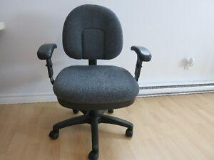 Chaise de bureau sur roulette (comme neuve)