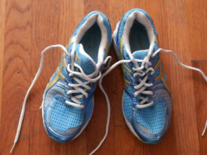 Good sneakers and walking shoes (Clarks, Saucony, Avia...)