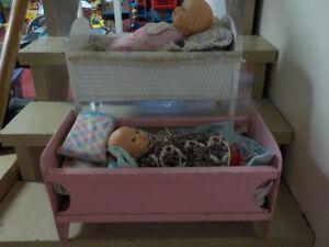 2 lits de poupées vintage, chaise porte-bébé