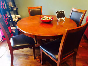 Beautiful dining table with 4 chairs