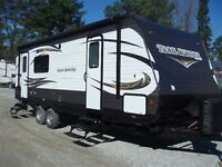 2016 TRAIL RUNNER 24 REAR KITCHEN WITH SLIDE! 28' 8 0/A Length.