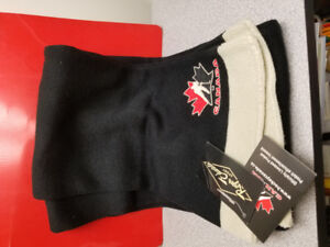 Scarf in black and beige with the Canada hockey logo embroidered