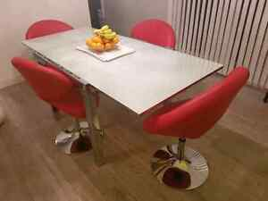 Ensemble table et chaises a diner / Dinning table with chairs