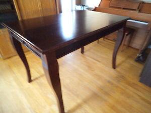 Table en bois massif couleur brun cerise