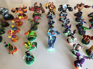 LOT DE FIGURINES SKYLANDERS 50$