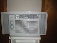 Air Conditioner: (GREE 5000 BTU) / Air climatiser