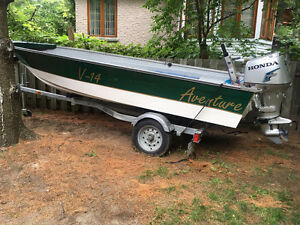 14 Foot boat and trailer with 25hp 4 Stroke Honda Bateau